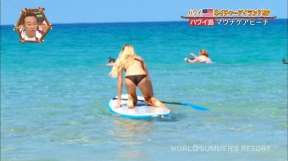 【お尻キャプ画像】テレビ見てたら水着美女のお尻が水着からハミ尻しまくってたww 24