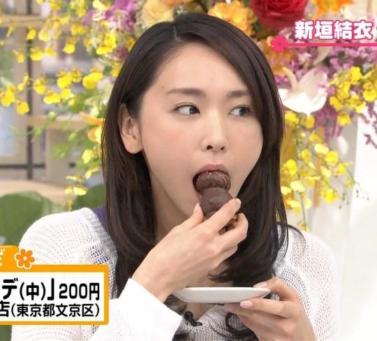 【放送事故画像】フェラ顔満開でやらしくテレビで食事する女達! 13