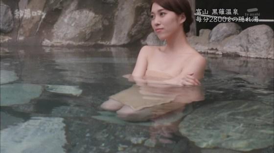 【温泉キャプ画像】温泉レポートでまたバスタオルがめくれ上がりおマンコ見えちゃうハプニング発生ww 15