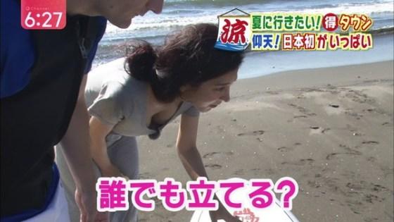 【放送事故画像】テレビに映る胸元がゆるゆるすぎて乳首見えてる女まで出てきたらしいぞw 10