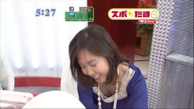 【胸ちらキャプ画像】最近の女子アナってすぐ前屈みになってオッパイ見せてくれると思わない?ww 15