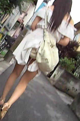 【パンチラ画像】自発的にパンツ見せてる?これは襲っちゃっていいのかな?ww 01