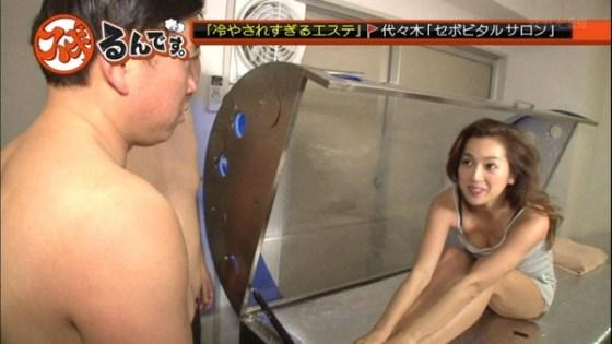 【放送事故画像】やたらテレビで谷間をちらつかせる女達はいったいどうされたいの? 13