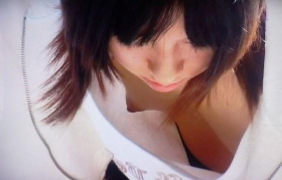 【ぽろり画像】ちょいと、ゆるゆるな胸元から見えてるのは乳首じゃないですかw 06