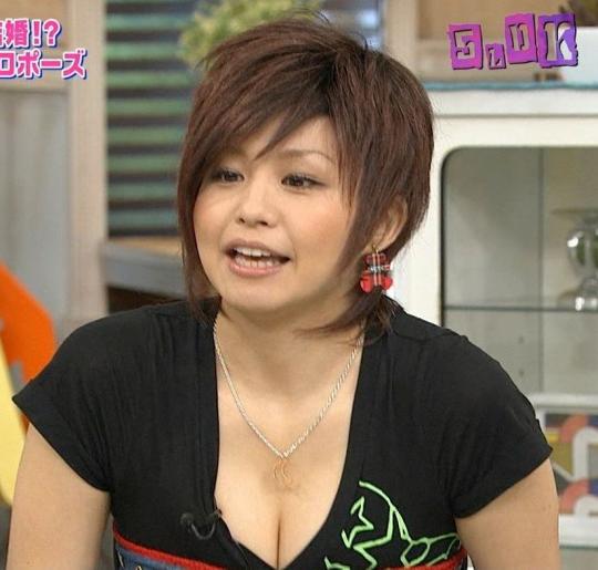 【放送事故画像】テレビで映るオッパイをムギュってしたくなる画像www 05