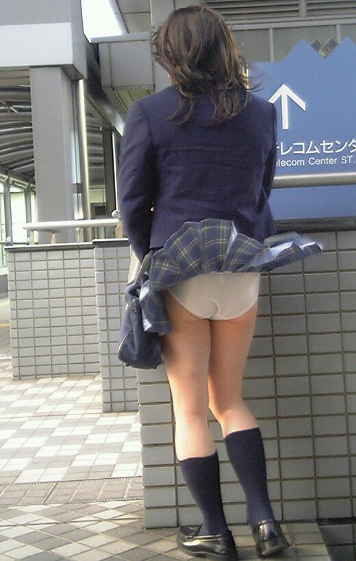 【パンチラ画像】結局JKのパンツが一番見たいんだろw風でもろにパンツが見えたJKww 11