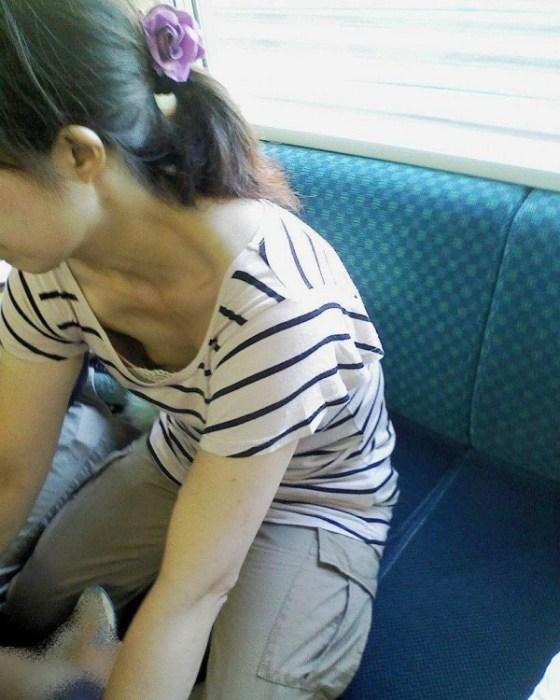 【ポロリ画像】ちゃんとオッパイがブラジャーに収まってないから、乳首まで見えてるじゃないwww 12
