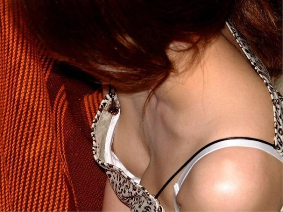 【ポロリ画像】ちゃんとオッパイがブラジャーに収まってないから、乳首まで見えてるじゃないwww 16