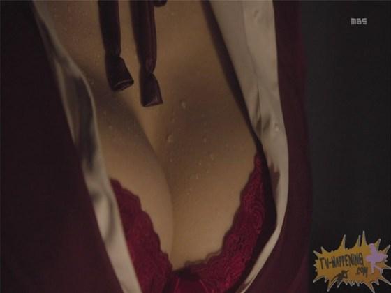 【お宝エロ画像】監獄学園第3話!脱衣シーンで女の下着姿映りまくりww 26
