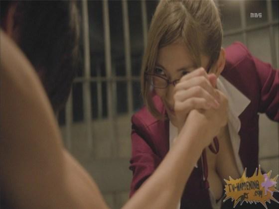 【お宝エロ画像】監獄学園第6話!腕相撲対決で揺れる爆乳ポロリ寸前!! 18