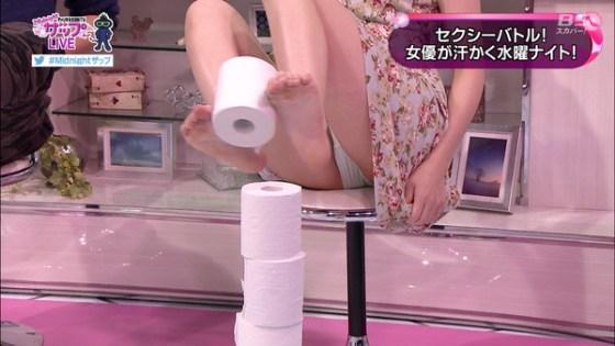 【放送事故画像】お股広げすぎで奥の方に何かが見えてるんだが、これはパンツか?ww 06