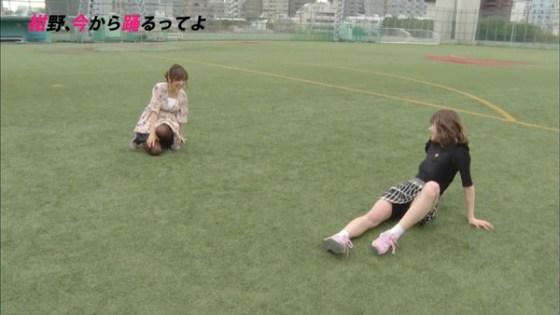【放送事故画像】お股広げすぎで奥の方に何かが見えてるんだが、これはパンツか?ww 21