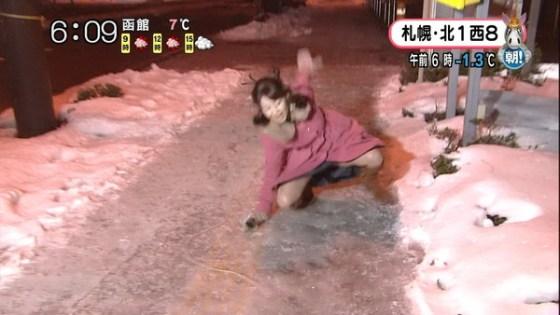 【放送事故画像】札幌放送の女子アナがこけた~!の瞬間にパンチラ!?www(GIFあり) 05