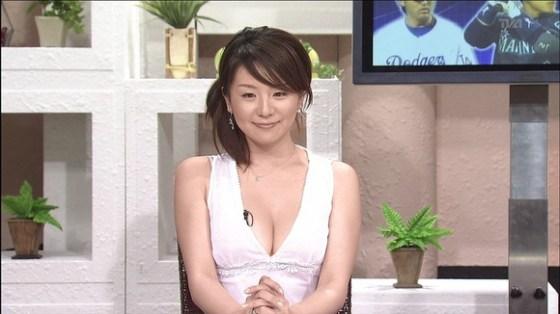 【放送事故画像】最近の女子アナはやたらと谷間を見せつけたがるみたいww 15