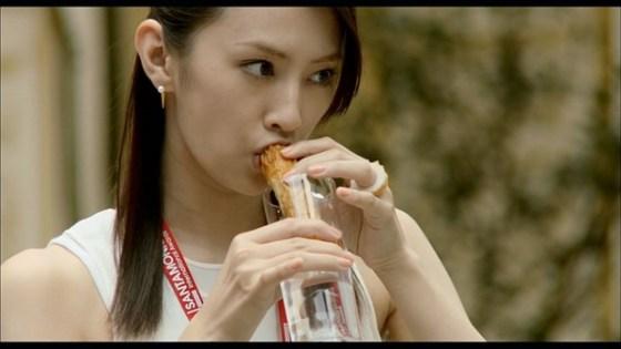 【疑似フェラ画像】テレビに映った舌出したり吸ったり食べてる時の顔がエロい女達www 16