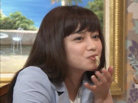 【疑似フェラ画像】テレビに映った舌出したり吸ったり食べてる時の顔がエロい女達www 24