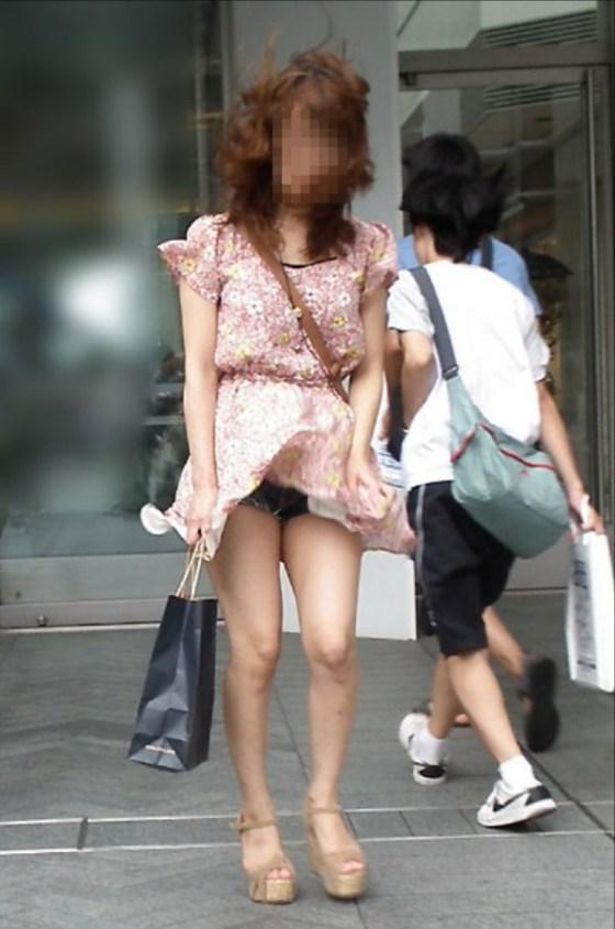 【パンチラ画像】風の強い日に気を抜いた女の結果がこんな感じwww 22