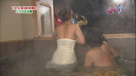 【放送事故画像】テレビでバスタオル一枚で映ると言うポロリ狙いな温泉レポww 03