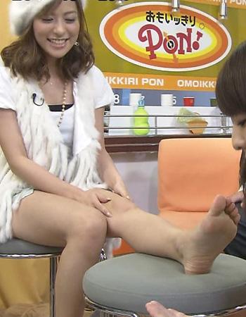 【放送事故画像】臭そうな足の裏だけど、美人だったらちょっと臭ってみたいマニアな画像集www 23