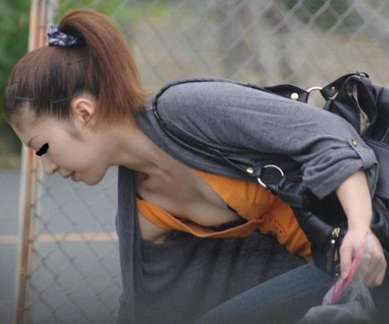 【素人ポロリ画像】街中で乳首まで見えてる女がいたもんだからそ~っとシャッター切ったったw 21