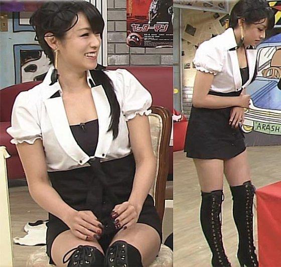 【放送事故画像】パンツが見えてることに誰からも言われず、そのまま放送されてしまった女達ww 03