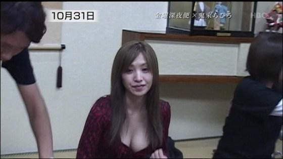 【放送事故画像】巨乳女が見せる谷間が尋常じゃないほどのエロさをかもし出してるw 13
