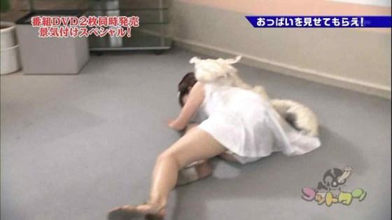 【放送事故画像】アイドルや女子アナの太ももが付け根の方まで見えてたまらんごwww 07