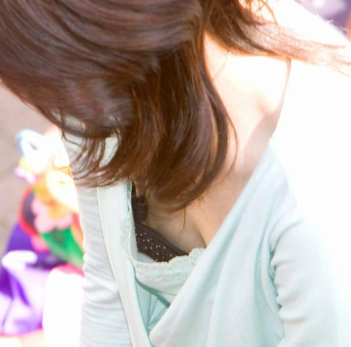 【ハプニングエロ画像】素人娘が前屈みになった瞬間覗いて見たら乳首立っててワロタww 10
