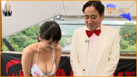 【放送事故画像】ビキニと言うポロリ危険度の高い水着でテレビに映る巨乳達www 14