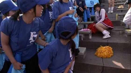 【放送事故画像】甲子園中継でパンチラまで映されてるとは知らず笑顔なJK達ww 18
