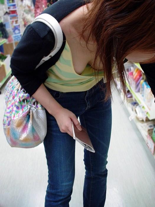 【ポロリハプニング画像】これは見逃せない!見逃したくない街角せ乳首まで見えちゃってる素人女達w 19
