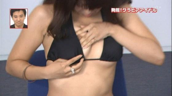 【放送事故画像】いつ乳首が見えてもおかしくない、テレビでエステ受けてる女性達w 23