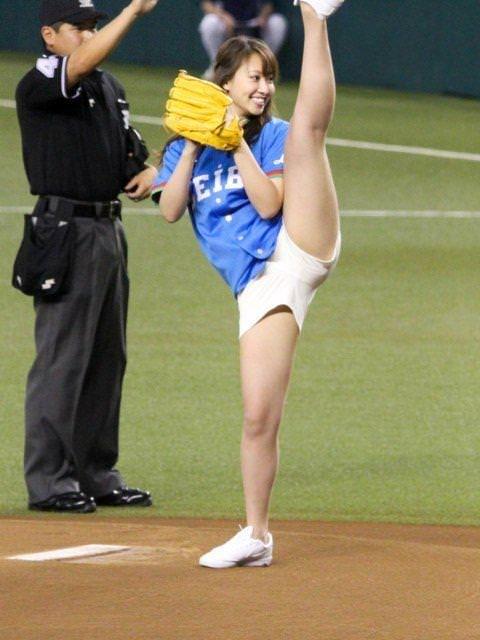 【始球式エロ画像】これ見てたら一体始球式で何人の女がパンチラしてきたんだ!?ww 18