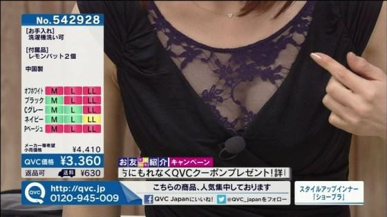 【放送事故画像】テレビで張り切って大胆に胸元空けすぎw乳首まであと数センチ! 03