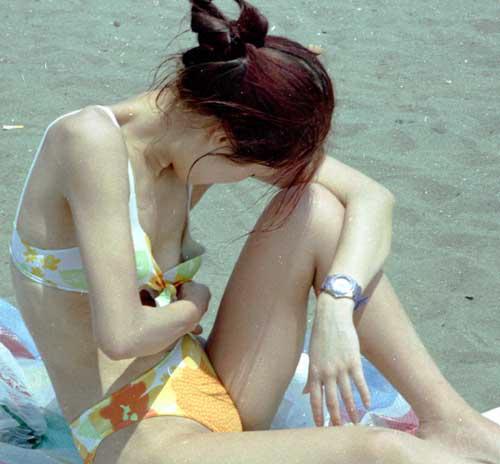 【ポロリ画像】今年の夏ももぉそろそろ!水着から飛び出る乳首に注意www 02