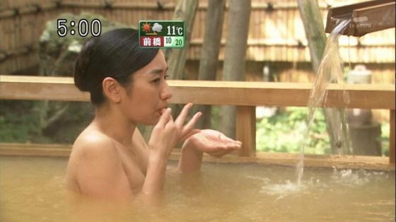 【入浴キャプ画像】湯船に浮かぶ巨乳がたまらなくエロく見えるタレントの入浴シーン 04