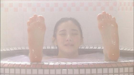 【入浴キャプ画像】湯船に浮かぶ巨乳がたまらなくエロく見えるタレントの入浴シーン 13