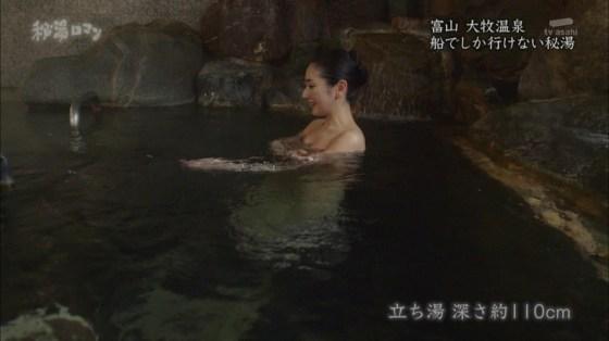 【入浴キャプ画像】湯船に浮かぶ巨乳がたまらなくエロく見えるタレントの入浴シーン 19