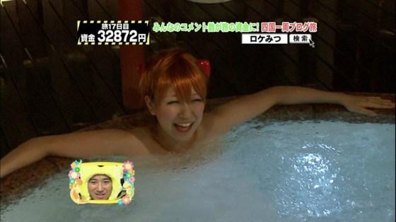 【入浴キャプ画像】湯船に浮かぶ巨乳がたまらなくエロく見えるタレントの入浴シーン 21