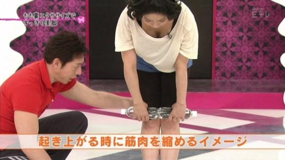 【谷間キャプ画像】ユルユル胸元から見せつけるタレント達の谷間に思わず反応してしまった! 02