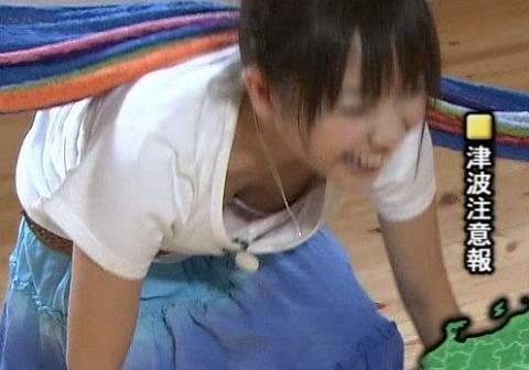 【谷間キャプ画像】何かと前屈みになる事が多い女子アナはその回数だけ谷間を見せつけてるww 06