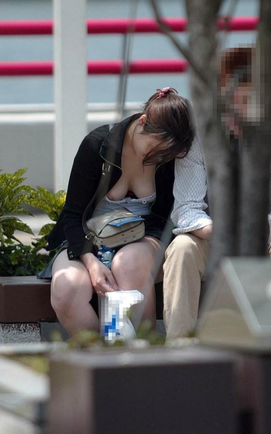 【素人ポロリ画像】暑くなってくると段々露出度も増えるけど乳首まで出ちゃってますよw 12