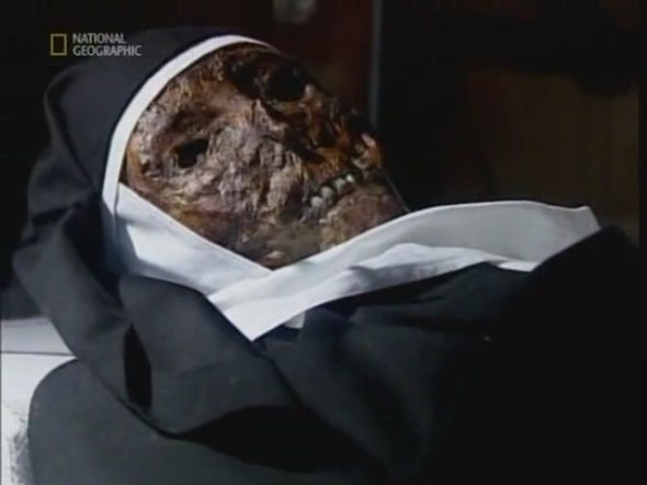 Когда спустя год могилу вскрыли, обнаружили, что тело осталось нетленным, более того - на его мощах проступает