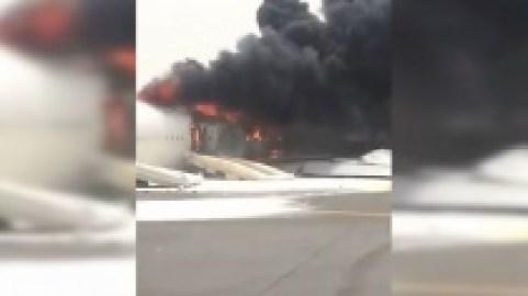 Очевидцы сняли жесткую посадку ивзрыв на борту Boeing вДубае