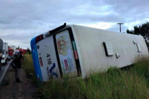 Após o impacto, o veículo tombou e atingiu os quatro outros cavalos. Foto: TV Clube/ Reprodução