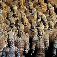 Terracotta ordusuna kadar, Çin İmparatorları öldüklerinde tüm hizmetçileri de ona öteki hayatında yardım etsinler diye öldürülürdü. Terracotta ordusunu heykelden yaparak imparator Qin için öldürülecek 8000 kişinin hayatı kurtulmuştur.
