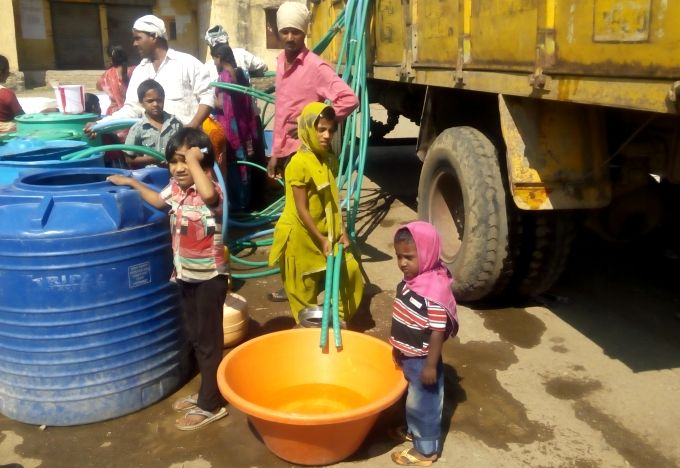 People wait for hours for water tankers in Marathwada, Maharashtra. (Image by Atul Deulgaonkar)