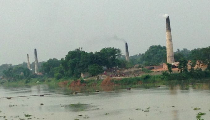 Highly polluting brick kilns on the bank of the Ganga, near Bandel in West Bengal (Photo by Joydeep Gupta)
