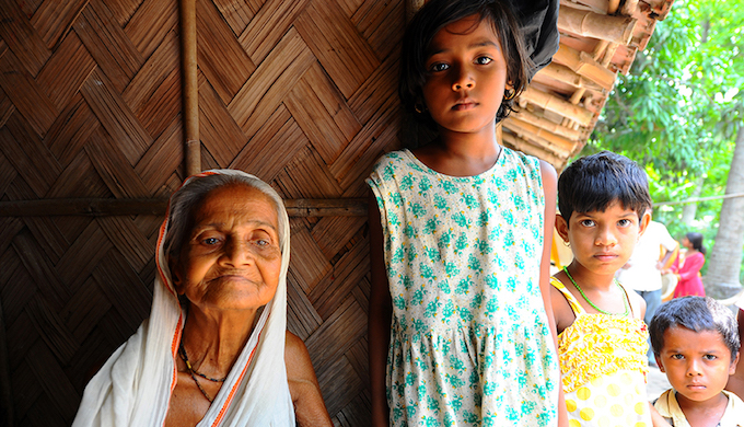 The problems caused by arsenic contamination in drinking water are not only medical, but socio-economic as well. Kinubala Bagh (left) lost her husband to arsenic poisoning in 1994. Since then, she has had no means to support herself, and has been living with her son and grandchildren (on the right).
