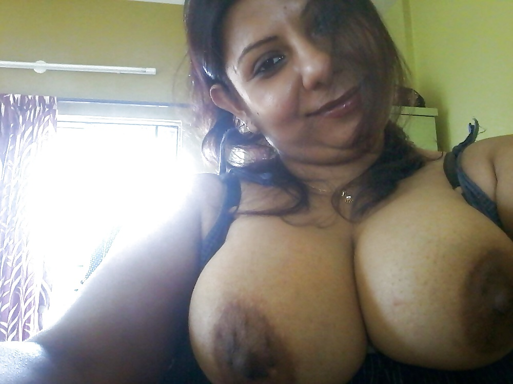 Mature Gujrati Wife Topless Selfies Showing Huge Boobs
